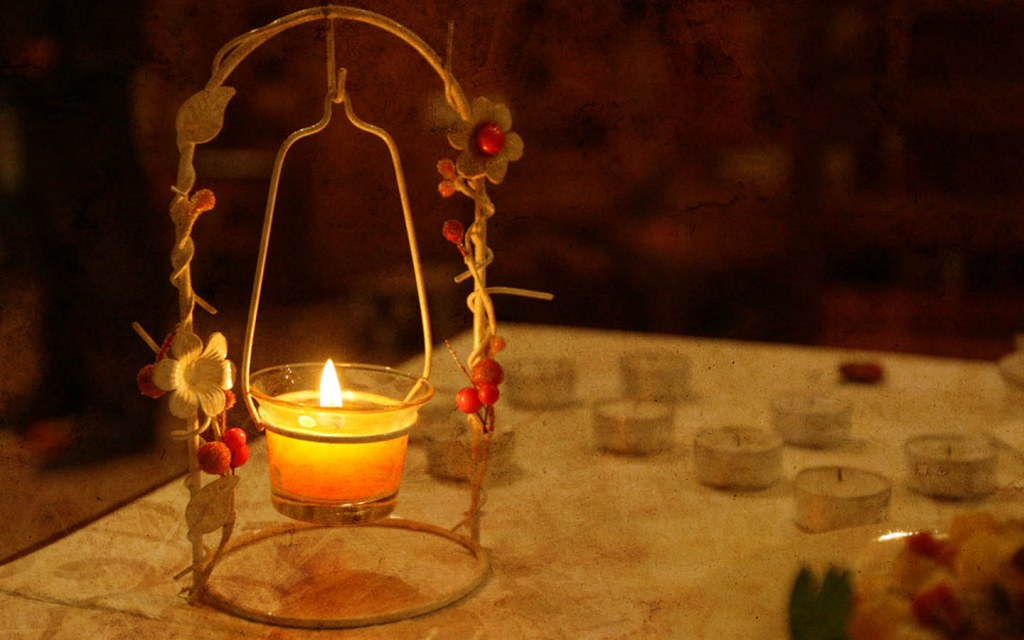 Light is an important element of table decoration ideas for special moments
